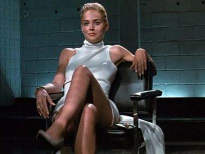 La falta de conexión entre Michael Douglas y Sharon Stone o que Brad Pitt y Tom Cruise no consiguieran el papel principal son algunas curiosidades de la cinta de Paul Verhoeven que fue un éxito en taquilla hace 27 años