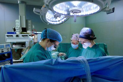 Un equipo médico italiano efectúa un trasplante de tráquea a un infectado por covid el pasado 15 de abril.