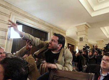 Al Zaidi, en el momento de lanzar un zapato contra Bush en diciembre pasado en Bagdad.