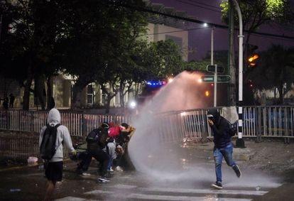Protesters confront the police outside the Romelio Martínez de Barranquilla stadium during a Copa Libertadores match between América de Cali and Atlético Mineiro.
