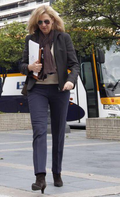 La infanta Cristina llega a la sede de La Caixa en Barcelona en abril del año pasado.