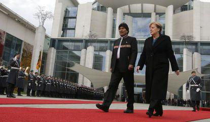 El presidente boliviano, Evo Morales, y la canciller alemana, Angela Merkel, en Berlín en noviembre