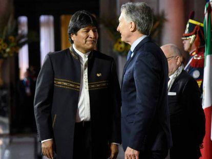 Evo Morales, con su homólogo argentino Mauricio Macri, la cumbre de Mercosur.