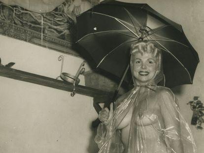 Bubbles Darlene posa con el traje que llevó el 1956 en La Habana y que provocó un escándalo en una imagen de 'Chachachá: Un Baile y Una Época' (Gladys Palmera).