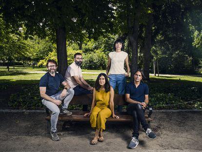 De izquierda a derecha, Alberto Marini, Fran Araújo, Isa Campo, Isabel Peña y Rafael Cobos, guionistas de la adaptación televisiva del 'podcast' 'El gran apagón', este martes en el parque de El Retiro de Madrid.