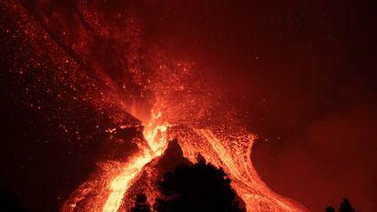 GRAFCAN4911. EL PASO (LA PALMA) (ESPAÑA), 17/10/2021.- El volcán de Cumbre Vieja, en La Palma, mantiene este domingo su actividad efusiva tras casi un mes de erupción. EFE/Miguel Calero