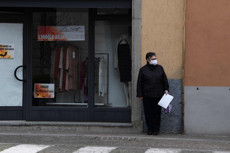 Una mujer lleva una máscara en Albino, cerca de Bérgamo