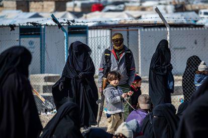 Un grupo de mujeres y niños que vivieron bajo el Estado Islámico, ahora detenidos en el campamento de Al Hol, este enero.