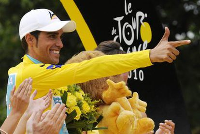 El ciclista celebra su victoria con el gesto estereotipado del pistolero dando en la diana