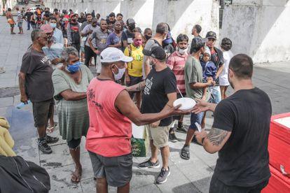 """Voluntarios del proyecto """"Covid Sem Fome"""" distribuyen comida en Río de Janeiro."""