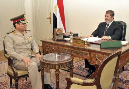 El presidente Morsi despacha con el ministro de Defensa, Abdel Fatah al Sisi, ayer en El Cairo.
