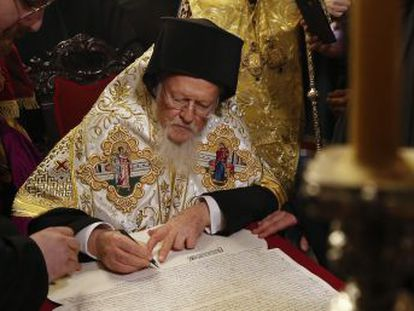 El patriarca ecuménico de Constantinopla sella la independencia de Kiev del patriarcado de Moscú en un acto en Estambul al que asiste el presidente Petró Poroshenko