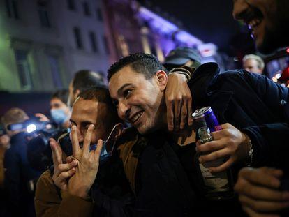 Un grupo de jóvenes bebe alcohol en Londres la noche del pasado 16 de octubre.
