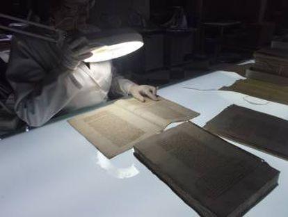 Un experto durante las labores de rastreo de documentos en el Archivo General de Indias.