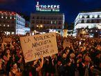 Participantes en la concentración contra la violencia machista en La Puerta del Sol de Madrid, en memoria de las niñas supuesta mente asesinadas por su padre en Tenerife.