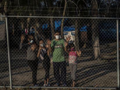 Josué Rolando Cornejo, Yamaly Flores y sus hijas Génesis (10) y Celeste (8) saludan desde el campamento de refugiados montado de forma improvisada en la ciudad de Matamoros, Tamaulipas el día 25 de febrero de 2021.