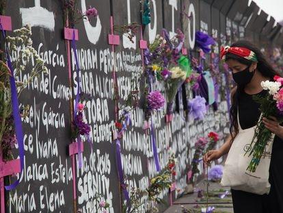 Una joven, en la valla instalada frente a Palacio Nacional para el Día Internacional de la Mujer el 7 de marzo.