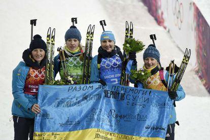 Vita Semerenko, Juliya Dzhyma, Olena Pidhrushna y Valj Semerenko celebran el oro con la bandera de Ucrania