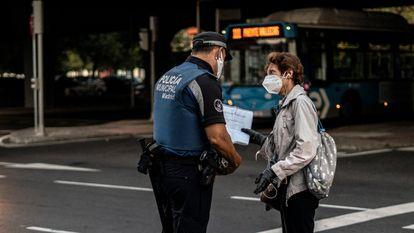 Los cierres perimetrales. Controles de la Policía Local de Madrid en Puente de Vallecas para comprobar, de manera aleatoria, que la gente que está en la calle lo hace por una causa justificada. Fue una de las zonas sanitarias básicas de la capital que más tiempo tuvo medidas de restricción de movimientos durante el otoño.