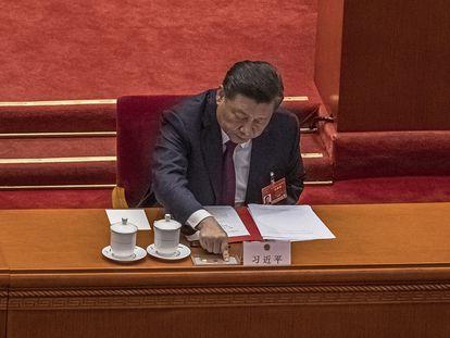 El presidente chino, Xi Jinping, presiona el botón para votar sobre la reforma del sistema electoral en Hong Kong el 11 de marzo de 2021.
