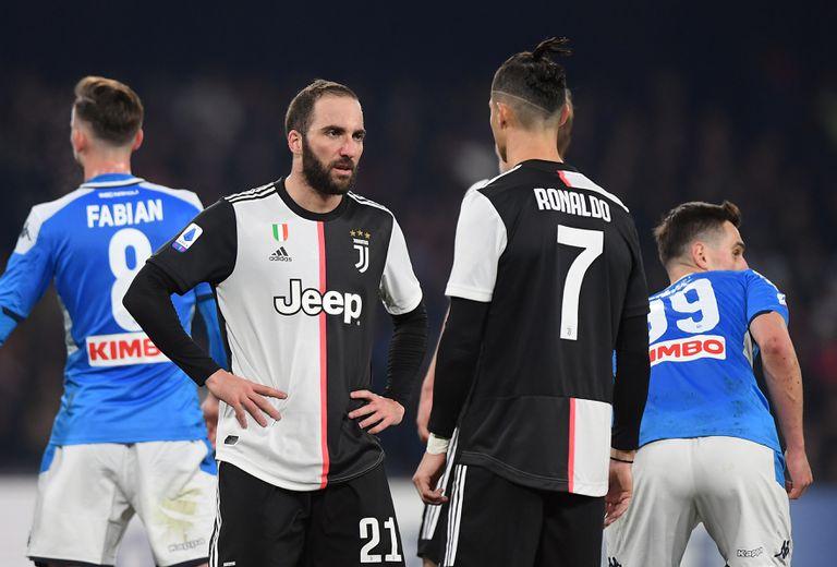Higuaín conversa con Cristiano Ronaldo durante el partido entre el Nápoles y la Juventus.