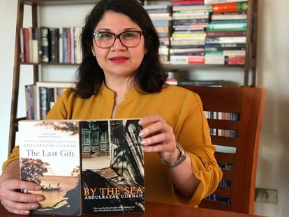 Evelyn Córdova Villanueva posa junto a dos de las novelas del Premio Nobel de Literatura Abdulrazak Gurnah.