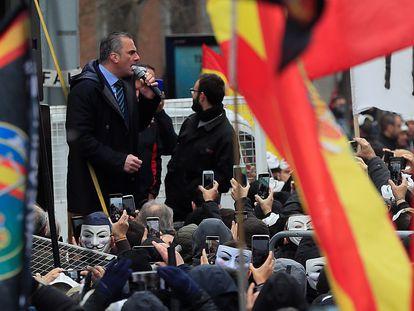 El secretario general de Vox, Javier Ortega Smith interviene en concentración de policías y guardias civiles frente al Congreso.