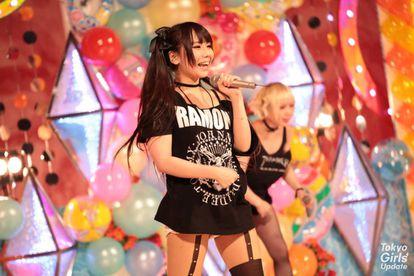 Adolescentes japonesas ídolos musicales, en un concierto.