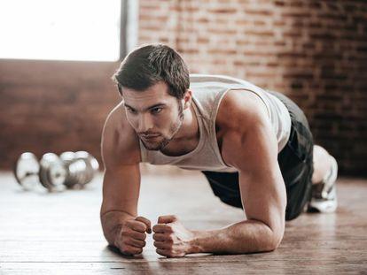 """Imagine su cuerpo como un enorme vecindario. Es difícil mover un músculo sin que el de al lado se entere y participe, aunque sea con un papel secundario. Existen una gran variedad de ejercicios aparentemente sencillos que aglutinan varios grupos musculares, que a su vez acopian los más de 600 músculos del cuerpo humano (<a href=""""http://www.who.int/dietphysicalactivity/factsheet_recommendations/es/"""" target=""""_blank"""">la OMS</a> recomienda practicar actividades para fortalecerlos dos o más veces por semana, para mejorar las funciones cardiorrespiratorias y musculares, así como la salud ósea). El trabajo de fuerza contribuye, además, a deshacerse de la grasa, según contó a BUENAVIDA Ignacio Refoyo Román, doctor en Ciencias de la Actividad Física y del Deporte y director en funciones del departamento de Deportes de la Universidad Politécnica de Madrid. La buena noticia es que, con poco tiempo, se pueden tonificar muchas fibras a la vez. La mala: la actuación incorrecta de uno de los músculos que juegan un papel secundario puede acabar en lesión. Los expertos nos dan las claves para aprovechar estos seis ejercicios estrella."""