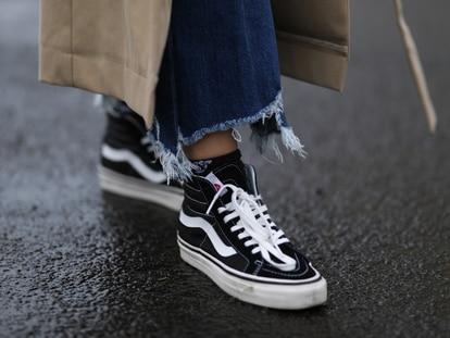 De bota o de perfil bajo, las zapatillas negras son perfectas para llevar todo el año. GETTY IMAGES
