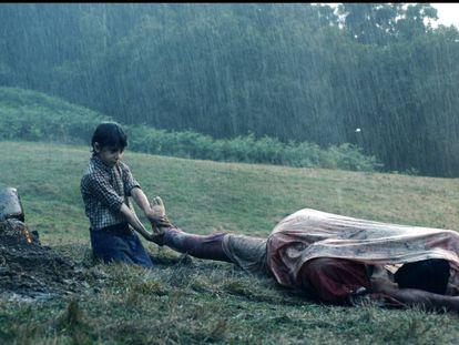 Fotograma de 'La higuera de los bastardos', de Ana Murugarren, con Gabino (Marcos Balgañón Santamaría) enterrando a su padre y a su hermano.