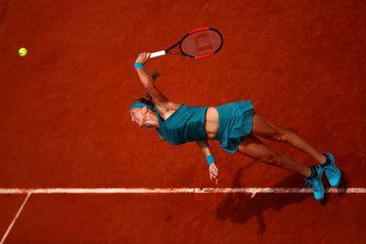 La checa Petra Kvitova sirve a la paraguaya Verónica Cepede Royg en la presente edición del Roland Garros