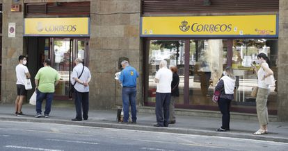 Colas en las oficinas de Correos en Bilbao este lunes para poder tramitar entre otras cosas el voto por correo.