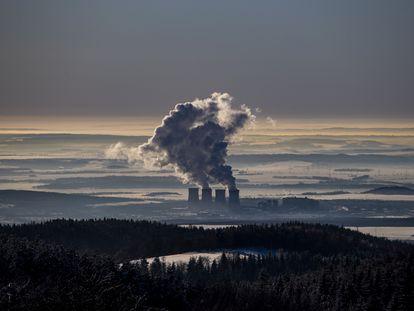 Chimeneas de la central eléctrica de carbón de Tusimice, en la República Checa, el 14 de febrero.
