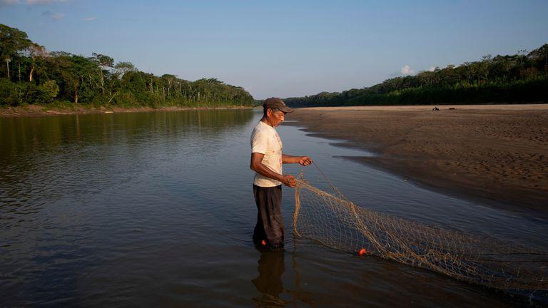 Salomon Quispe es un pescador yuqui. Cada miembro de la comunidad tiene una especialidad; algunos son cazadores, otros, recolectores. Las mujeres generalmente se dedican a la artesanía y otros, como Salomon, pescan para alimentar a las familias.