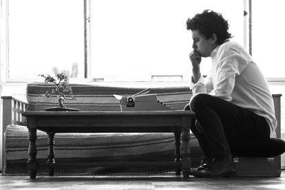 Benjamín Labatut, escritor chileno en su estudio.