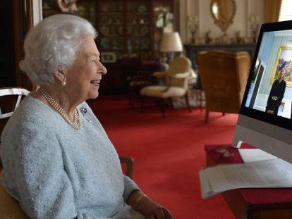 Isabel II habla por videoconferencia en una audiencia virtual con Ferenc Kumin, embajador en Hungría, el pasado día 4.