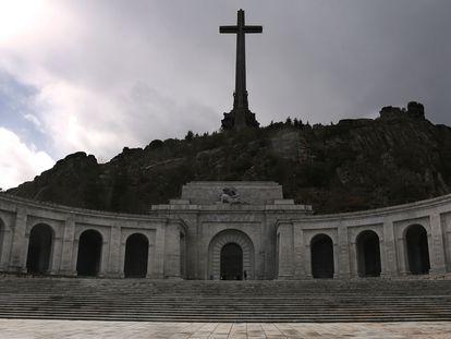 La basílica del Valle de los Caídos, presidida por una gran cruz de 150 metros, en Cuelgamuros (Madrid).