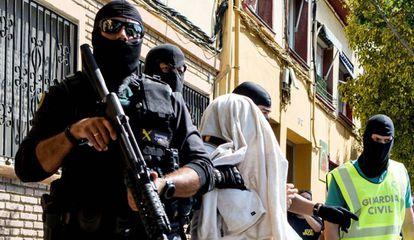 La Guardia Civil traslada a uno de los detenidos de Mataró, este jueves.