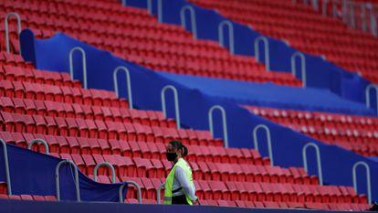 Una integrante del equipo de seguridad en el estadio Mané Garrincha, en Brasilia.