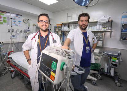 Guido Rodríguez (izquierda) y Juan Sánchez-Verde, médicos de urgencias de la Jiménez Díaz y autores de 'El club de las batas blancas'.