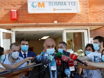 El viceconsejero de Salud Pública y Plan COVID-19 de la Comunidad de Madrid, Antonio Zapatero (c), atiende a la prensa mientras visita el centro de salud Reyes Católicos, de la localidad madrileña San Sebastián de los Reyes.