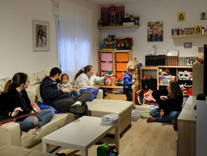 Patricia Yepes y su familia en el salón de su casa en Illescas (Toledo).