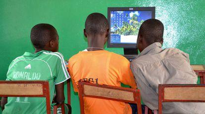 Chicos delante de un ordenador en Materi, Benín.