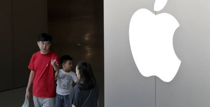 Una familia en la tienda de Apple en Pekín.