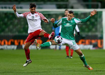 Danny Latza y Maximilian Eggestein, durante el Mainz - Werder Bremen de la Bundesliga.