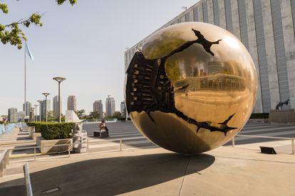 'Sfera con esfera', de Arnaldo Pomodoro, en la sede de Naciones Unidas. La primera escultura de esta serie que simboliza la ruptura del mundo se encuentra en el Vaticano. |