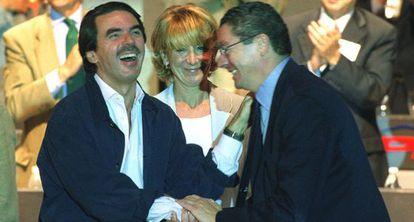 Aznar, Aguirre y Ruiz-Gallardón en el Congreso del PP de Madrid de 2002.