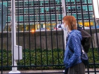 Una mujer con mascarilla pasa por delante de la sede de Naciones Unidas, a finales de marzo en Nueva York.