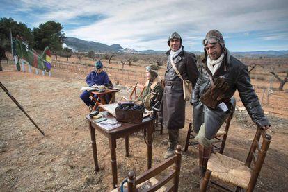 Los figurantes en la inauguración del campo de aviación de Vilafamés.